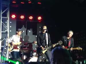 Ely Buendia and his band Pupil rockin' the night away